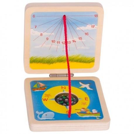 Drewniany zegar słoneczny i kompas